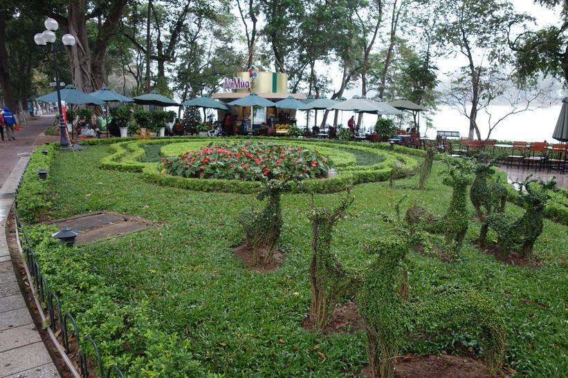 Caféet Hapro Bốn Mùa Nhà Tròn Hồ Gươm vid Hoan Kiem-sjöns södra ände, Hanoi.
