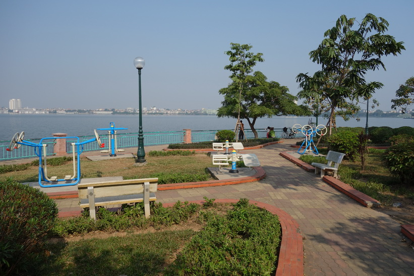 Park vid Hồ Tây-sjöns södra strandlinje, Hanoi.