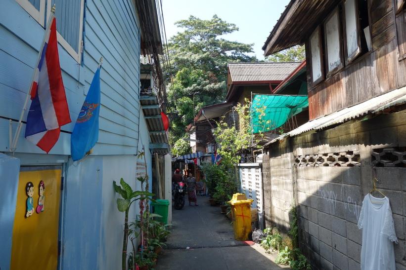 En av många små gränder i området runt det gamla tullhuset i Bangkok.