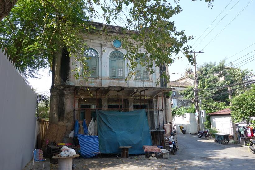 Gammal byggnad i närheten av det gamla tullhuset, Bangkok.