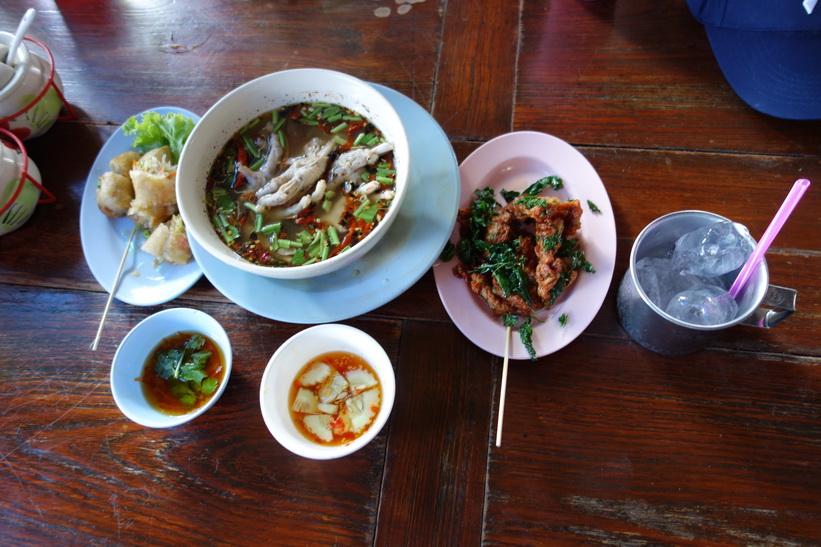 Lunch på restaurang i historiska parken i Ayutthaya.