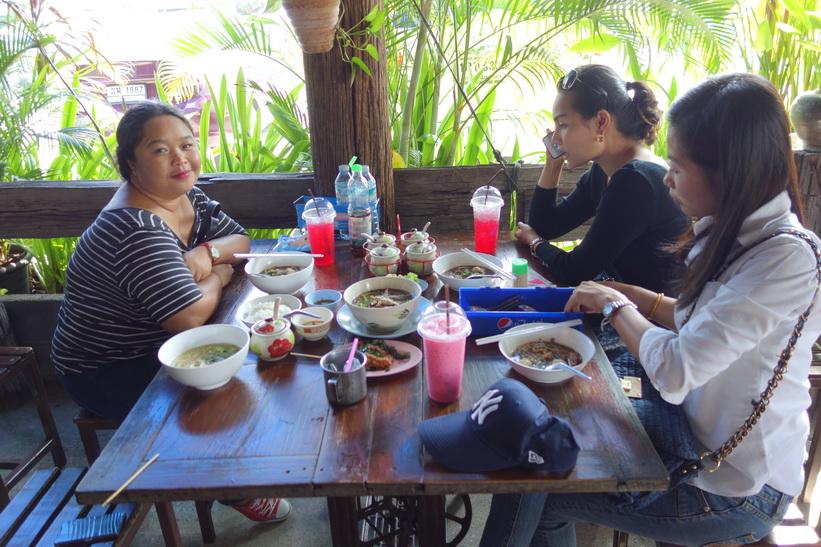 Lunch på restaurang i historiska parken i Ayutthaya. Från vänster till höger: Yhud, Aom och Top.
