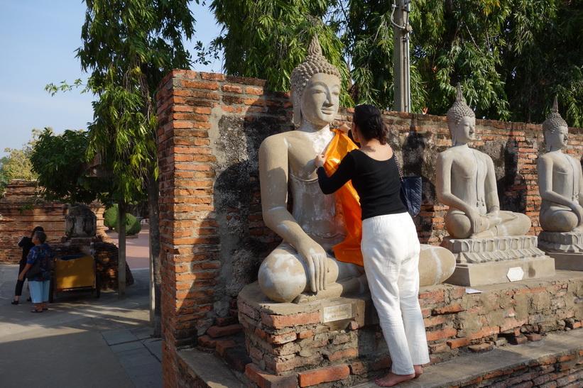 Aom samlar merit i templet Wat Yai Chai Mongkhol, Ayutthaya.