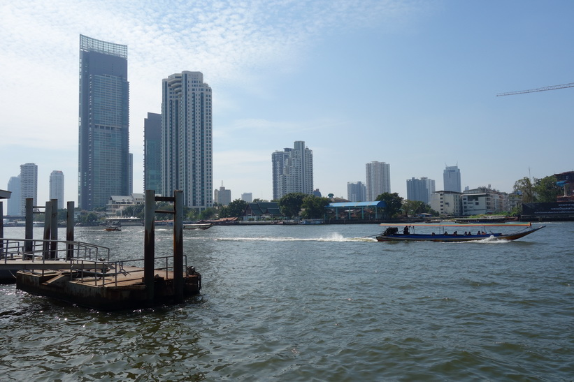 Den högsta byggnaden till vänster i bild är en av Bangkoks finaste lägenhetshus och kallas The River. Den främre byggnaden till vänster i bild är lyxhotellet The Peninsula.