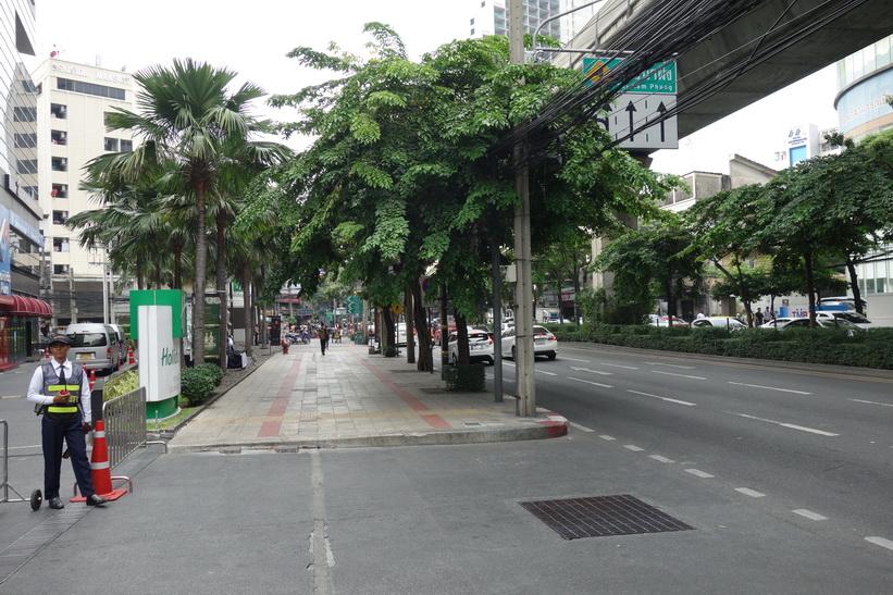 Gatuscen längs Sukhumvit Road nära Asok, Bangkok.