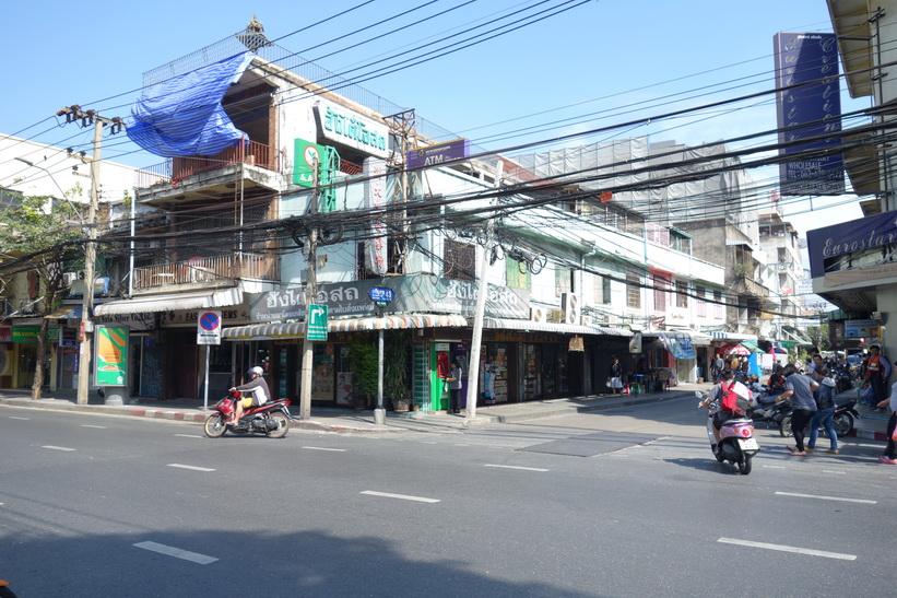 Gammal arkitektur längs Charoen Krung road, Bangkok.