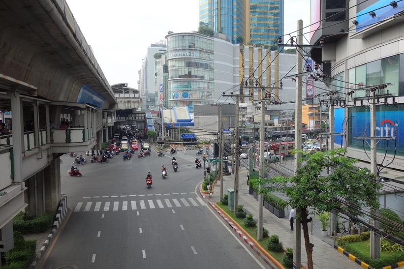 Shoppingcenter Terminal 21 i hörnet av korsningen Sukhumvit Road-Ratchdapisek Road-Asok Montri Road, Bangkok.