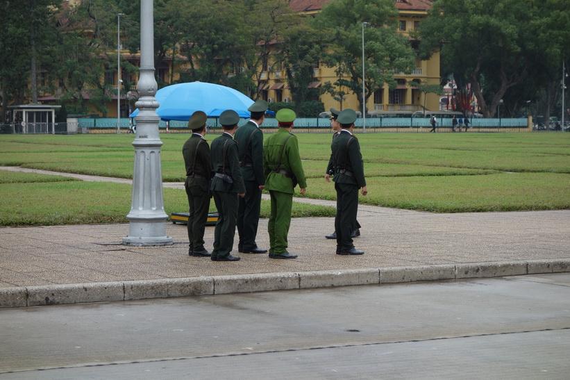 Militärmarsch på Ba Dinh-torget framför Ho Chi Minh-mausoleet, Hanoi.