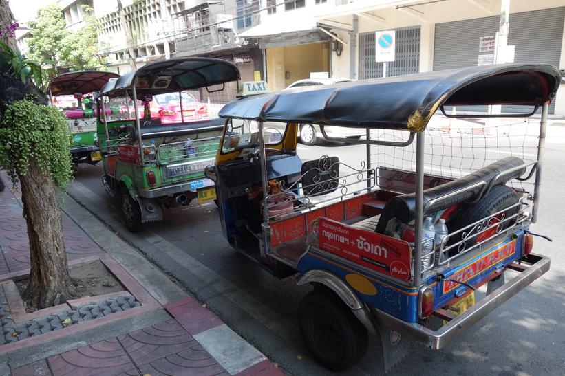 Tuk-Tuks längs Charoen Krung road, Bangkok.