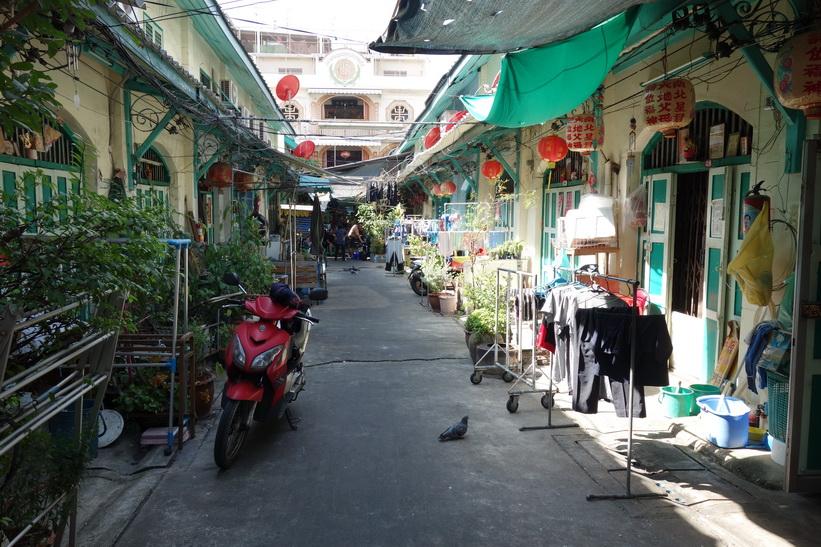 Liten gränd vid Charoen Krung road, Bangkok.