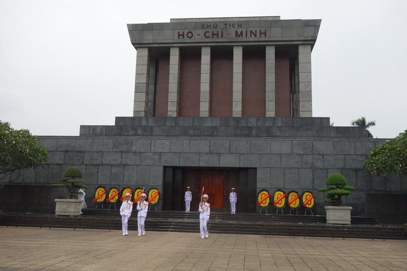 Vaktavlösning vid Ho Chi Minh-mausoleet, Hanoi.
