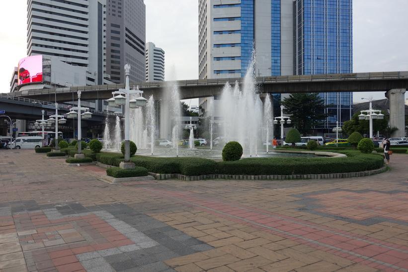 Vid entrén till Lumpini-parken, Bangkok.