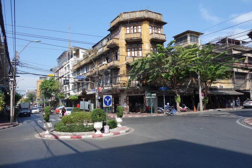 Gammal vacker arkitektur längs Charoen Krung road, Bangkok.