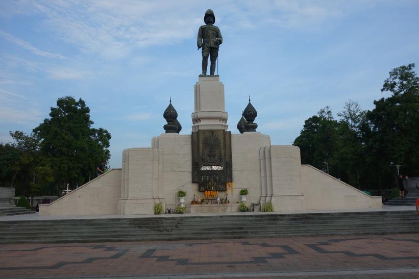 King Rama VI Monument vid entrén till Lumpini-parken, Bangkok.