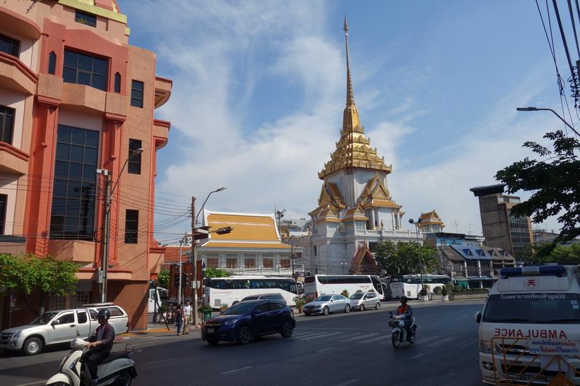 Wat Traimit, Chinatown, Bangkok. Jag var inne i templet redan 1993 och kollade in den fyra meter höga guldstatyn av 18 karat guld som väger 5,5 ton! Idag nöjde jag mig med att betrakta templet från andra sidan gatan.