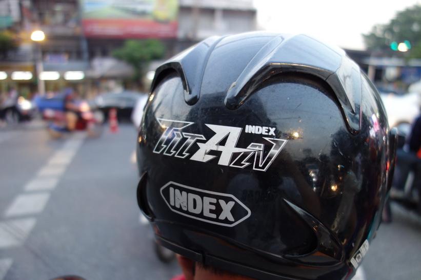 På väg med motorcykeltaxin från Khlong Toey-piren till MRT-station Sukhumvit, Bangkok. En hårresande resa!