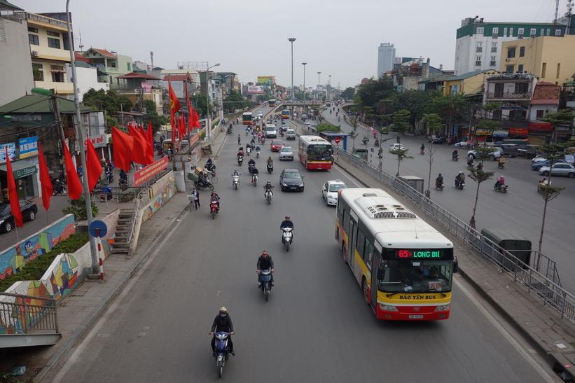 Trafiken en bit nedanför Long Bien Railway Station, Hanoi.