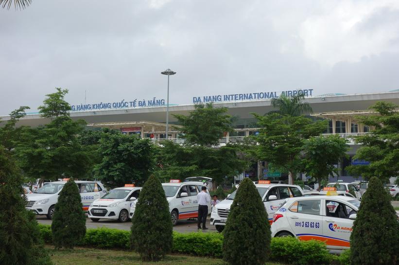 Här lämnar jag Da Nang international airport till fots för vidare promenad mot mitt hotell, Da Nang.