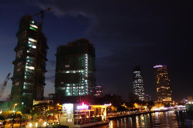Skyskraporna på kvällen vid Hàn River Bridge, Da Nang.
