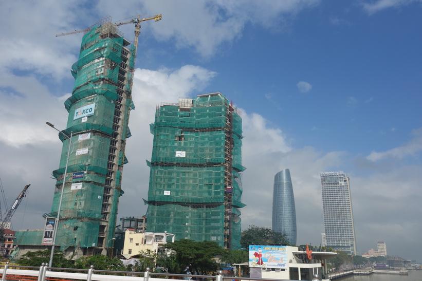 Nya skyskrapor på gång vid den västra änden av Hàn River Bridge, Da Nang.