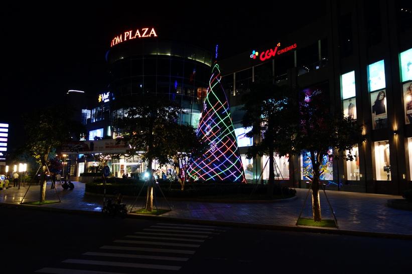 Julgranen utanför köpcenter Vincom Plaza Ngô Quyền var stor. Centrala Da Nang.