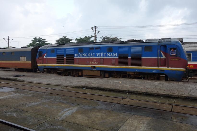 Ett tåg rullar in på tågstationen i Da Nang.
