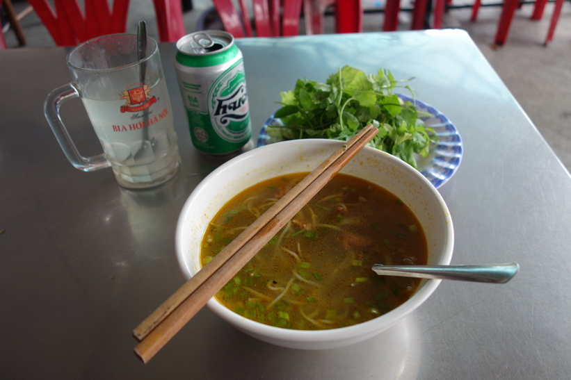 Bún bò Huế till lunch på restaurang Quan Bun Bo Hue, Hue.