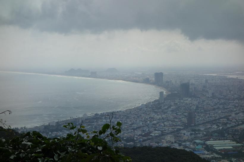 Utsikt över Da Nang en bit nedanför toppen av Son Tra Mountain (Monkey Mountain).
