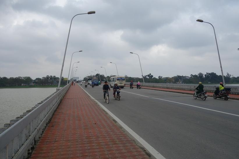 Cầu Phú Xuân-bron över Parfymfloden, Hue.