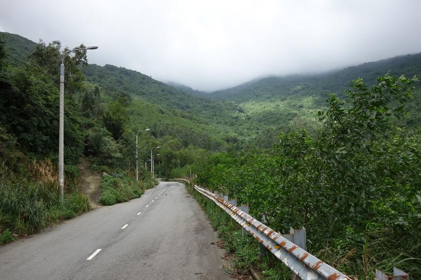 På väg till det buddhistiska templet Chùa Ling Ung – Bãi Bụt, Da Nang.