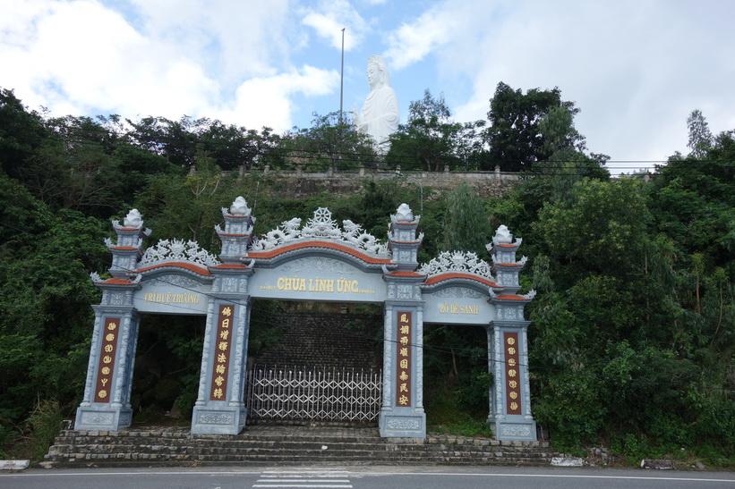 Vacker entré i förgrunden och Lady Buddha i bakgrunden, Da Nang.