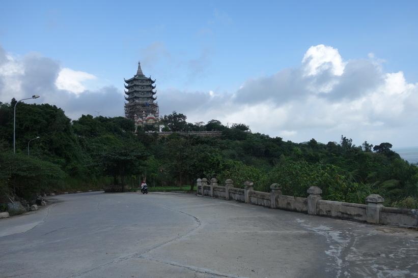 Sista biten upp till det buddhistiska templet Chùa Ling Ung – Bãi Bụt, Da Nang.