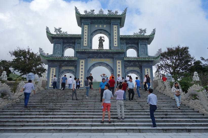 Den vackra entrén till det buddhistiska templet Chùa Ling Ung – Bãi Bụt, Da Nang.
