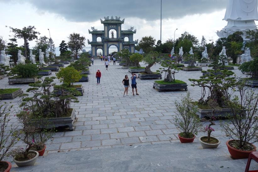 Tempelgården vid Chùa Ling Ung – Bãi Bụt-templet med den vackra entrén i bakgrunden, Da Nang.