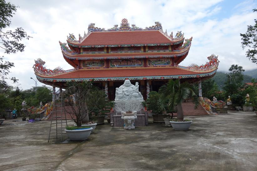 Tempel längs gatan Hoàng Sa som går parallellt med China Beach, Da Nang.