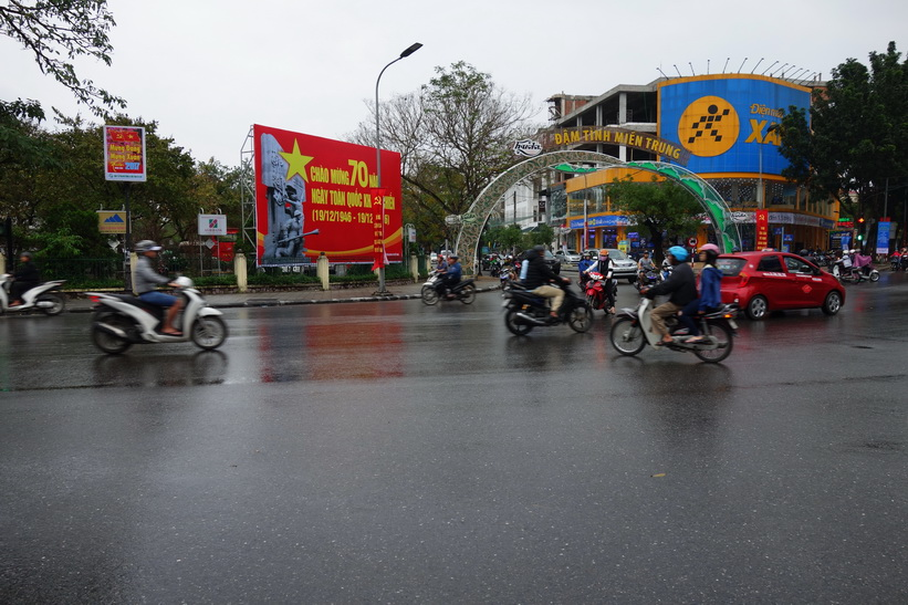 Gatuscen i regnet i centrala Hue. Här är jag i full färd med att leta färdmedel tillbaka till Da Nang.