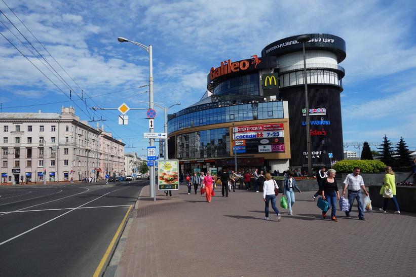 Galileo Mall vid Minsk centrala busstation. Busstationen ligger bakom Galileo Mall och syns ej i bild. Det här är det första man möts av när man lämnar busstationen till fots.