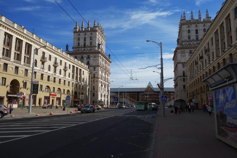Vackra Gates of Minsk i stalinistisk stil fotograferad en bit in längs gatan vulica Kirava, Minsk.
