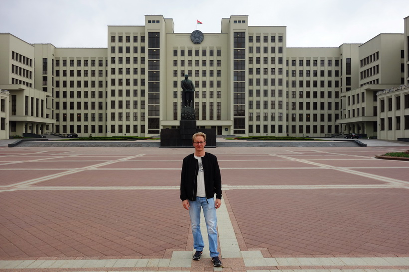 Stefan framför Lenin-statyn och House of Government, Independence Square, Minsk.