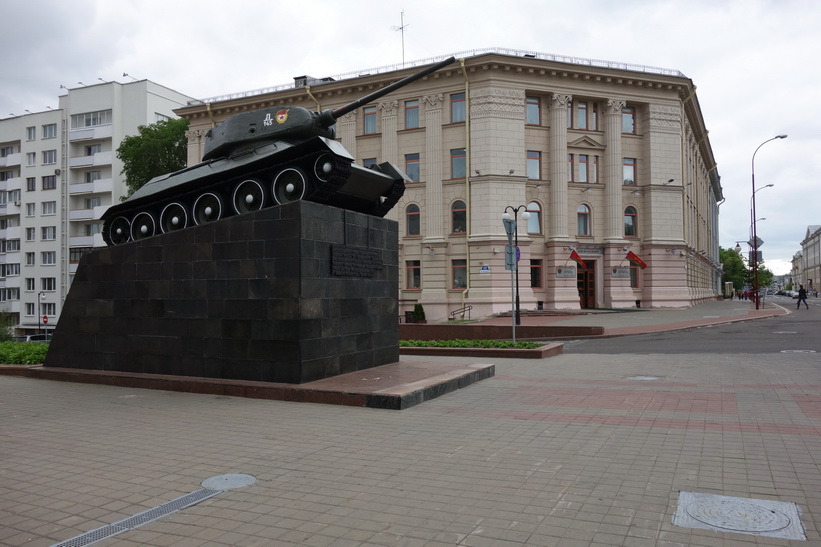 Pansarvagn vid Central House of Officers, Minsk.