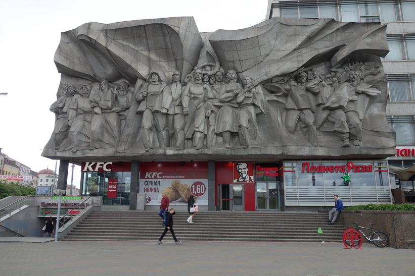 Sovjetiskt monument ovanpå en KFC-restaurang i centrala Minsk.