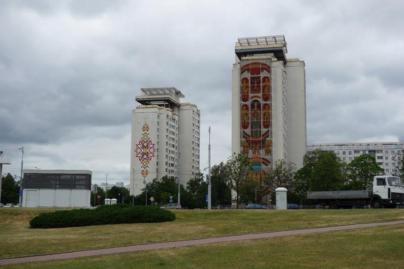 Hyreshus med vackra fasadmålningar vid National Library of Belarus, Minsk.