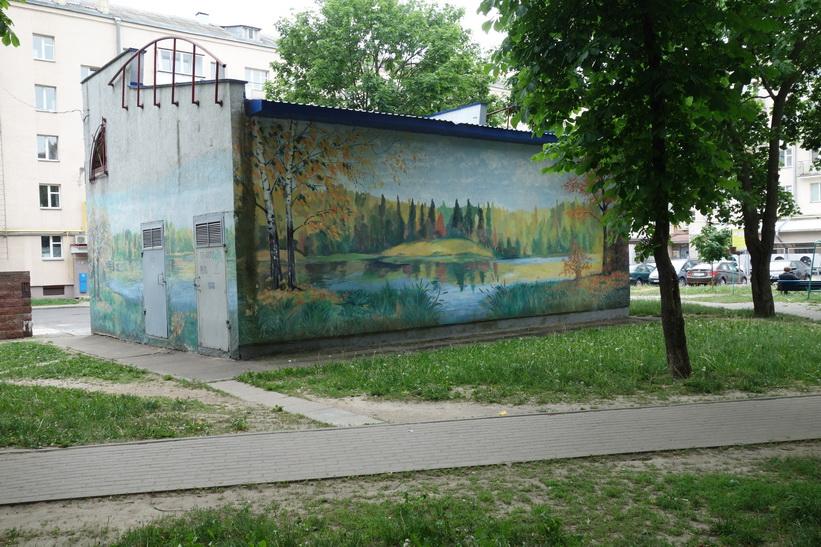 Vacker målning på byggnad i kvarteren kring Yakub Kolas Square, Minsk.