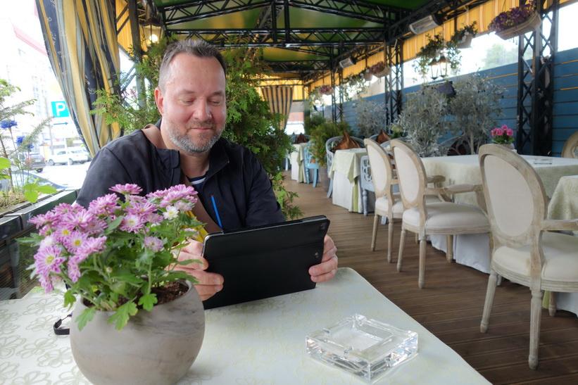 Pähr kollar wifi-anslutningen på restaurangen vid Yakub Kolas Square där vi tog en öl.